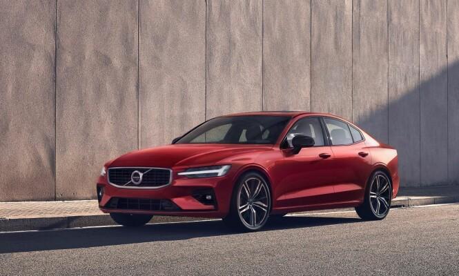 <strong>«SPORTSSEDAN»:</strong> Her ser vi nye Volvo S60 i R-Design-utførelse. Da rettferdiggjøres sportssedan-benevnelsen kanskje i større grad. Foto: Volvo