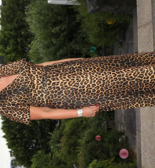 DYRISK STIL: NRK-profil Mona B. Riise hadde på seg et dyrisk antrekk i anledning Universal Musics sommerfest. Foto: Andreas Fadum