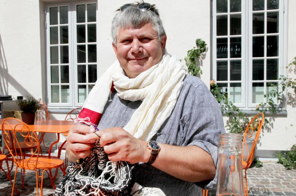 <strong>- FOLK TITTER JO LITT:</strong> Kristian Elster (55) er vant til at folk glaner og tar kontakt når han er ute og strikker. FOTO: Lisa M. Wisløff