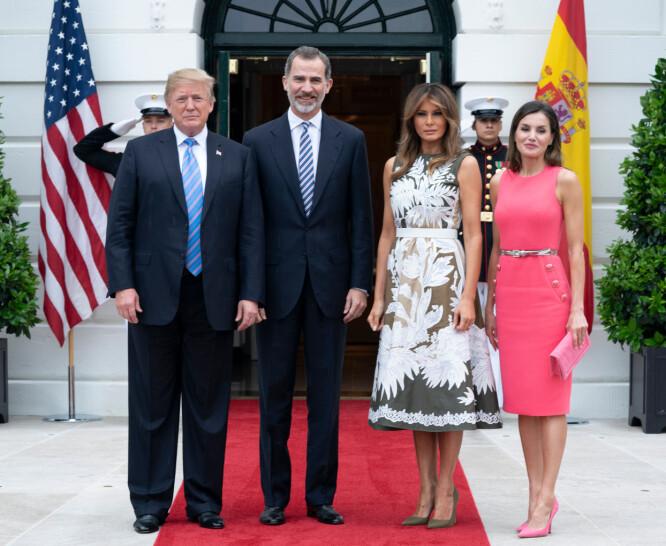 <strong>SYMBOLSK KJOLE?:</strong> Melania og Donald Trump sammen med det spanske kongeparet, kong Felipe og dronning Letizia, utenfor Det hvite hus tirsdag. Foto: NTB scanpix