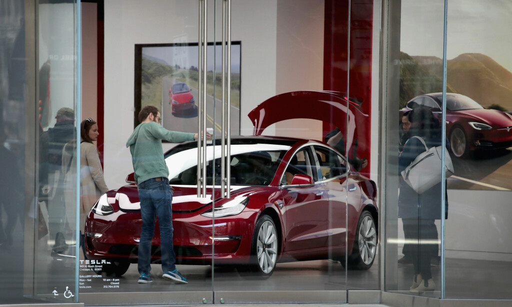 SNART KLAR FOR LEVERING: Her står en leveringsklar Tesla Model 3. Prisene for Norge er nå klare - de starter på 464.000 kroner. Foto: AFP PHOTO / GETTY IMAGES NORTH AMERICA / SCOTT OLSON