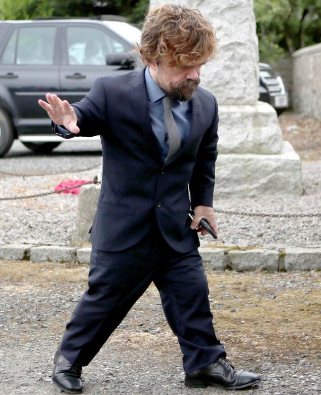 KLAR FOR FEST: Peter Dinklage, som spiller Tyrion Lannister i serien, hilste på de oppmøtte utenfor kirken. Foto: NTB scanpix
