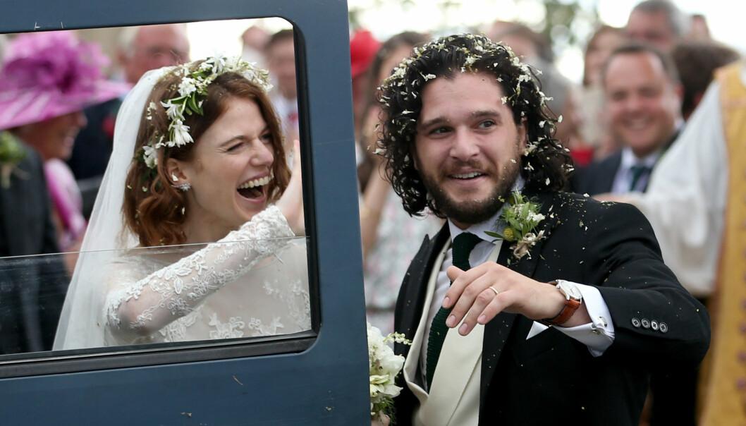 NYGIFT: Rose Leslie og Kit Harington giftet seg lørdag 23. juni - omtrent ett år etter at de forlovet seg. Her er det nygifte paret på vei ut av kirken etter vielsen. Foto: NTB scanpix