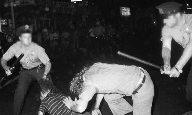 Opprørsbølge: Stonewall-opprøret sparket i gang kampen for homofiles rettigheter. En av følgene var denne konfrontasjonen i Greenwich Village i New York. Den fant sted året etter det legendariske Stonewall-opprøret. Foto: AP / NTB Scanpix