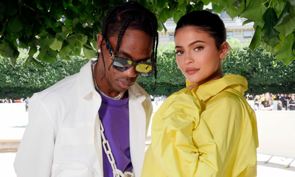 HOLDER STAND: Travis Scott og Kylie Jenner har fått mye kritikk etter at de fikk datteren Stormi Webster. Nå er det blitt kjent at den lille stjernefamilien skal være sammen når Travis legger ut på turné med sitt nye album. Foto: NTB scanpix