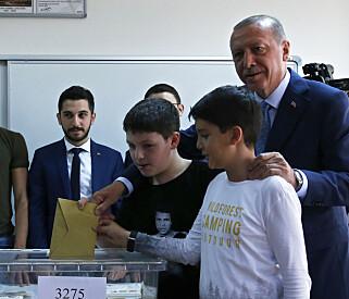 Tyrkias president Recep Tayyip Erdogan avlegger stemme i søndagens valg på ny president og ny nasjonalforsamling. Foto: AP / NTB scanpix