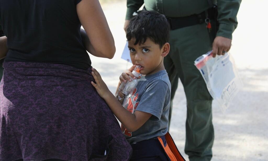 ANHOLDT: Asylsøkere fra Mellom-Amerika venter mens USAs grensepoliti anholder dem ved McAllen, Texas. Foto: John Moore/Getty Images/AFP
