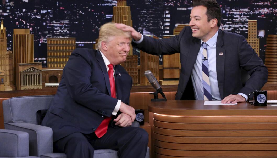 <strong>HÅRSÅR:</strong> Da Donald Trump besøkte Jimmy Fallons talkshow i 2016, lot han - noe motvillig - talkshow-verten rote til sin berømte hårsveis. Innslaget vakte sterke reaksjoner. Kritikere mente blant annet at hårrufsinga «menneskeliggjorde» Trump, som da var presidentkandidat. Foto: NTB Scanpix