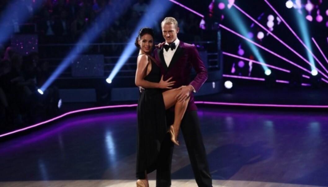 <strong>HETT:</strong> Erik sammen med sin dansepartner Lillian i fjorårets utgave av «Skal vi danse». Av dommerne fikk duoen stadig høre at de danset hett sammen. Foto: TV 2