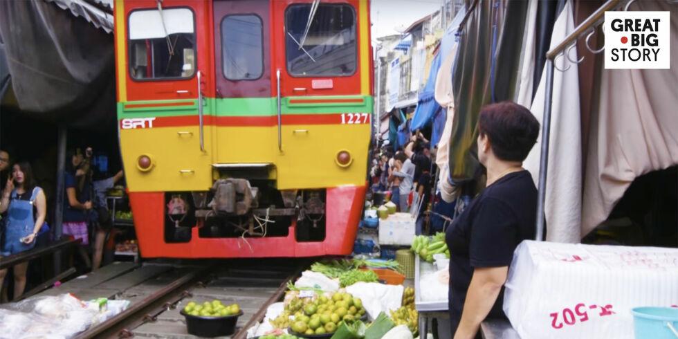 image: Markedet bugner over av folk - så kommer plutselig toget