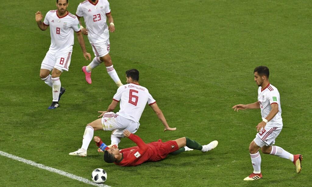 STRAFFE: Cristiano Ronaldo fikk straffespark etter denne situasjonen. Superspissen bommet fra ellevemeteren. Foto: Mladen Antonov / AFP Photo / NTB Scanpix