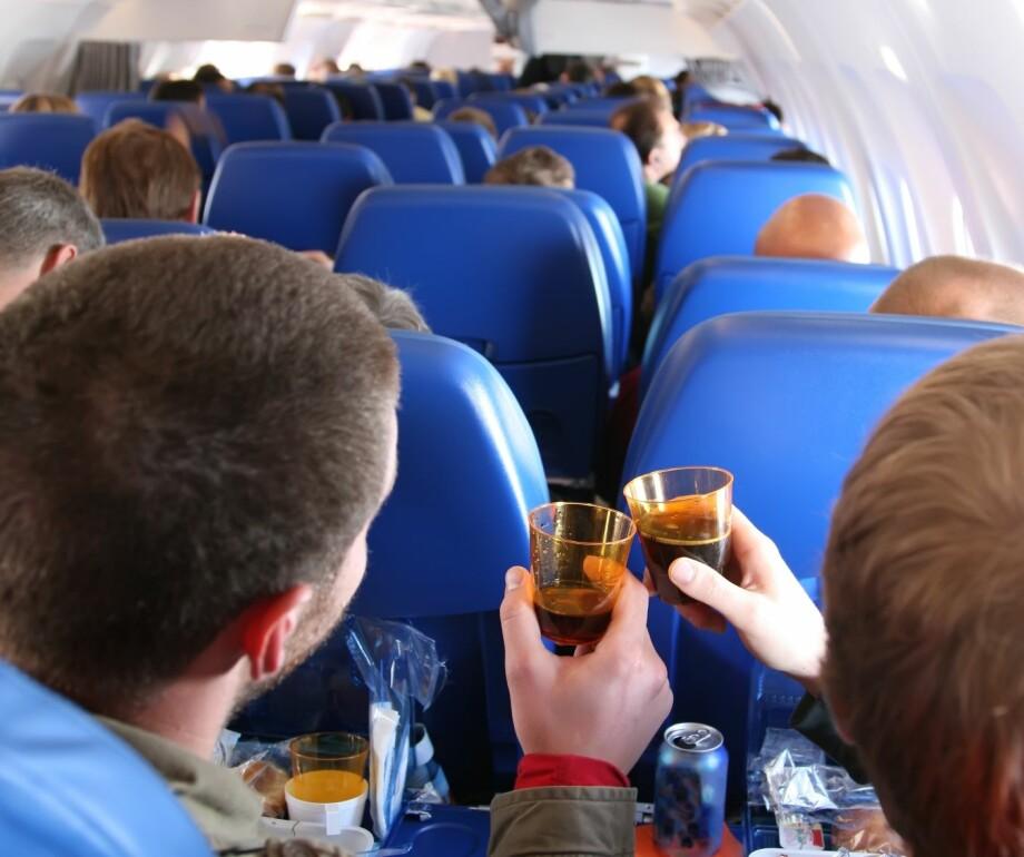 LAGER TRØBBEL: Flyansatte tror lett tilgang på alkohol og mindre komfort er noen av grunnene til økningen av passasjerer som lager trøbbel om bord. Foto: Shutterstock/NTB scanpix