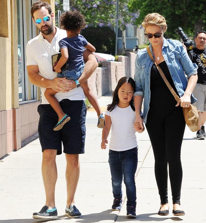 FAMILIEN: Katherine Heigl og ektemannen med de to eldste barna Naleigh og Adalaide i Los Feliz i California i 2016. På dette tidspunktet var hun gravid med parets tredje barn. FOTO: NTB Scanpix