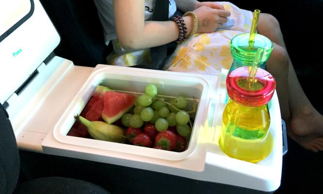 FRUKT PÅ TUR: Sett en liten kjøleboks mellom barna, og fyll den med deilig frukt.