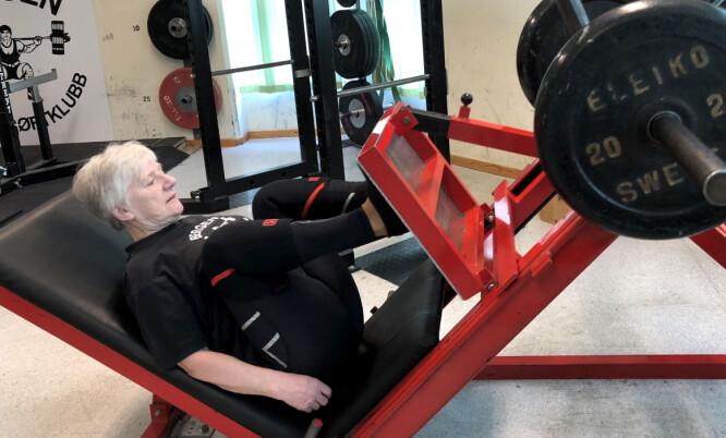 <strong>TRENER HARDT:</strong> Unni Olsen på 73 år har 25 norgesrekorder, den siste på 77,5 kilo. FOTO: Linn Merete Rognø.