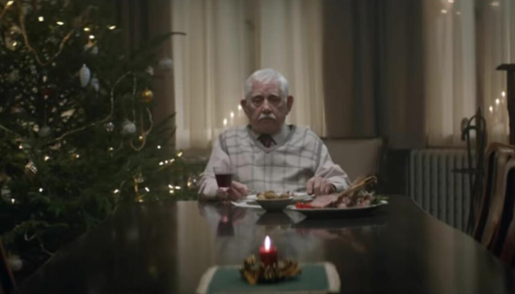 Bestefaren tilbringer hver jul alene. Så mottar familien den tragiske beskjeden