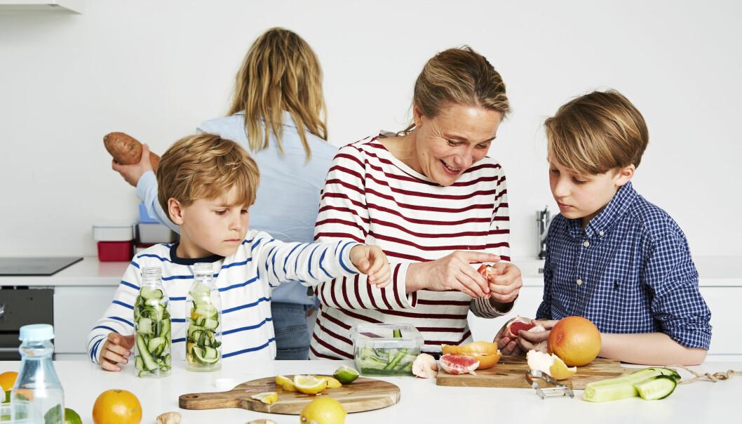 MATPREPPING: Christina Bølling lager ofte mat en uke frem i tid, til både seg selv og sønnene. Og sønnene er ofte med og prepper! FOTO: Maria Warncke Nørregaard