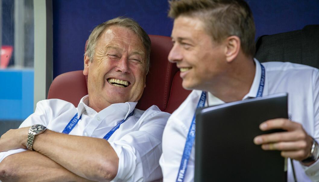 <strong>DET FØRSTE MÅLET ER NÅDD:</strong> Åge Hareide og assistent Jon Dahl Tomassen kan smile godt etter en kjedelig 0-0 kamp mot Frankrike. Hensikten helliget middelet. Taktikken var perfekt og tok Danmark videre i VM.