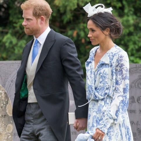 AVSLAPPET STIL: Hertuginne Meghan balanser stadig det stramme og konservative med det personlige og moderne, som her, i et bryllup 16. juni, der hun gikk for et mer komfortabelt uttrykk. Foto: NTB Scanpix