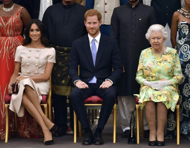 <strong>TAUSE:</strong> Hertugparet av Sussex har tilbrakt ettermiddagen sammen med dronning Elizabeth på et offentlig arrangement tirsdag. Foto: NTB Scanpix