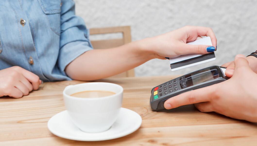 <strong>TOTALSUM:</strong> Ofte må du slå inn et totalbeløp, som inkluderer tips til servitøren, før du trykker inn pin-koden og betaler for kaffen. Hvor mye du skal gi, derimot, er det store spørsmålet, og det blir desto vanskeligere å vite hvis du ferierer i ulike land med forskjellig tipskultur. Foto: Shutterstock/NTB Scanpix.