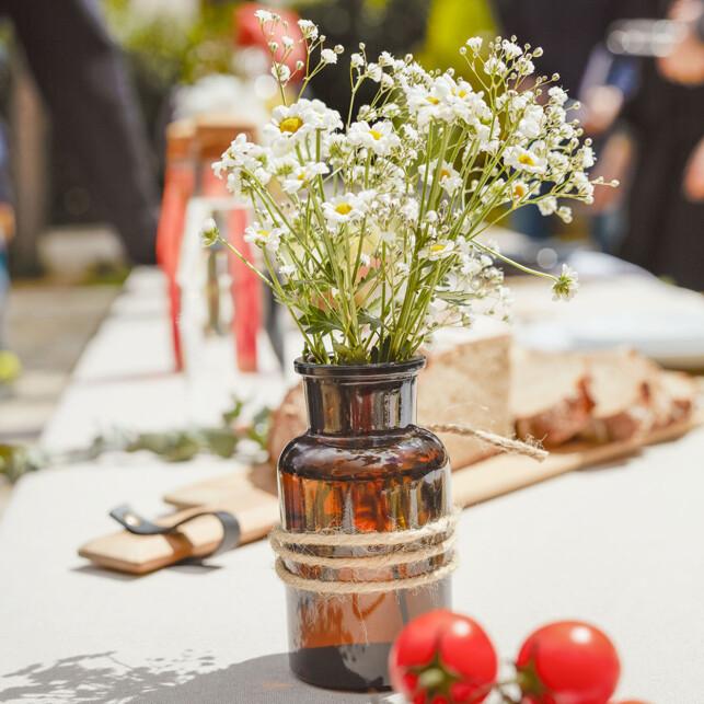SOMMERSTEMNING: Plukk blomster og sett dem i en vase.