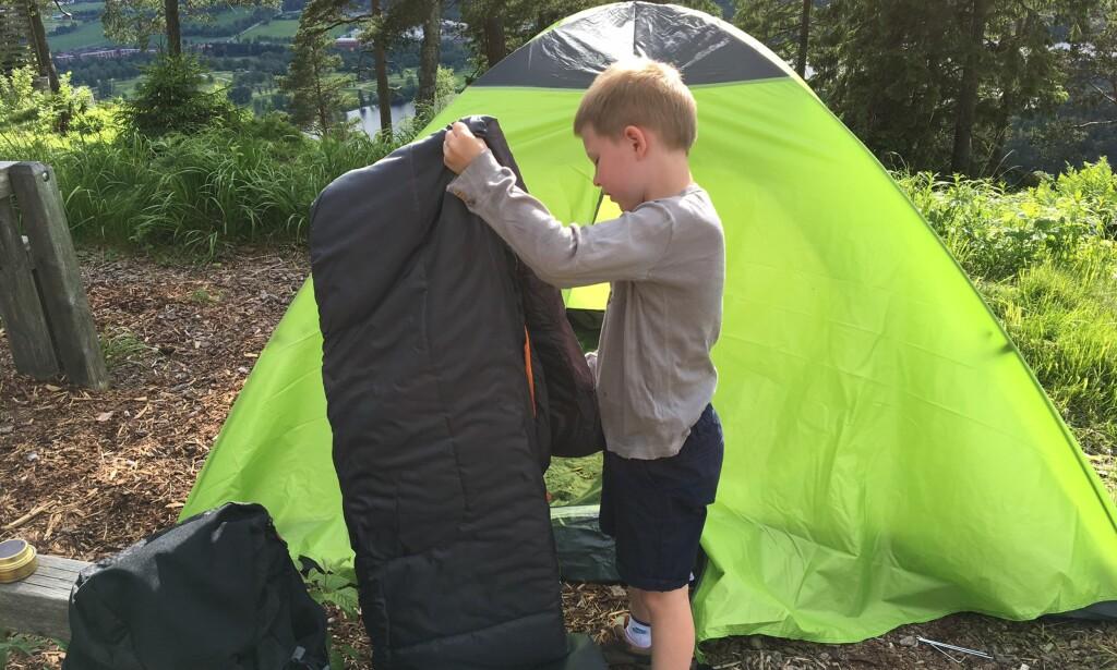 LIGGEUNDERLAG OG SOVEPOSE: De fleste barn syns det er spennende å sove ute i telt, men det er lurt å gjøre opplevelsen behagelig så man får lyst til å gjenta den.