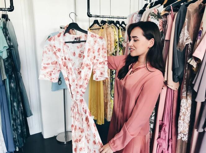 STORT UTVALG: Markedsføringsjef Xochitl Vavik viser frem en populær kjole i Fjongs gigantiske garderobe i Drammensveien. Foto: Malin Gaden