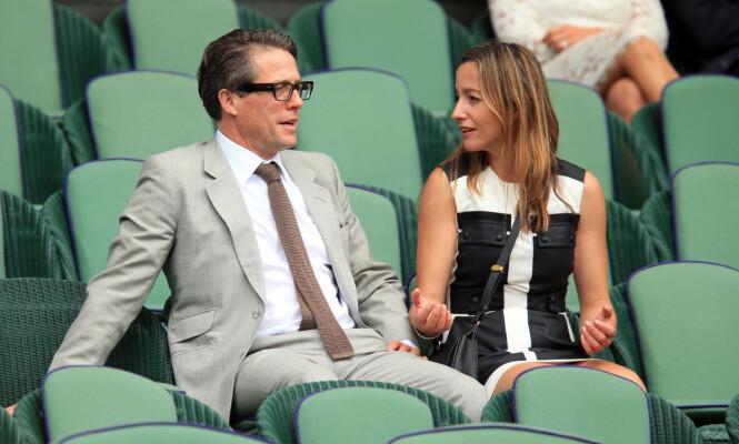 SPORTY PAR: Hugh Grant og Anne Eberstein deler samme interesse for sport, og er ofte å se på idrettsarrangementer sammen. Her fra Wimbledon-turneringen i England i 2015. FOTO: NTB Scanpix