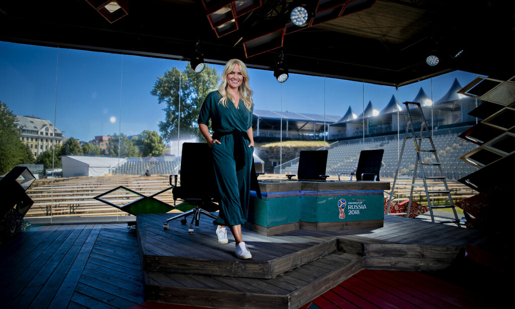 TERNINGKAST 4: TV 2s VM-studio får terningkast 4. Her ved programleder Julie Strømsvåg. Foto: Bjørn Langsem
