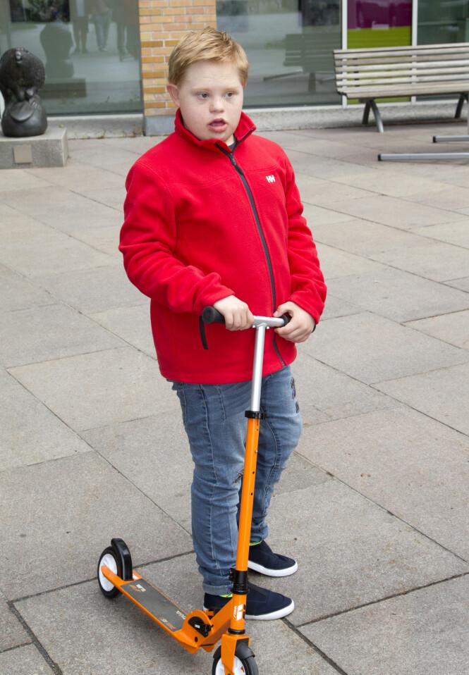 <strong>FULL FART:</strong> Martin liker å bruke sparkesykkelen når han ferdes på rundt Rikshospitalet. Foto: Svend Aage Madsen