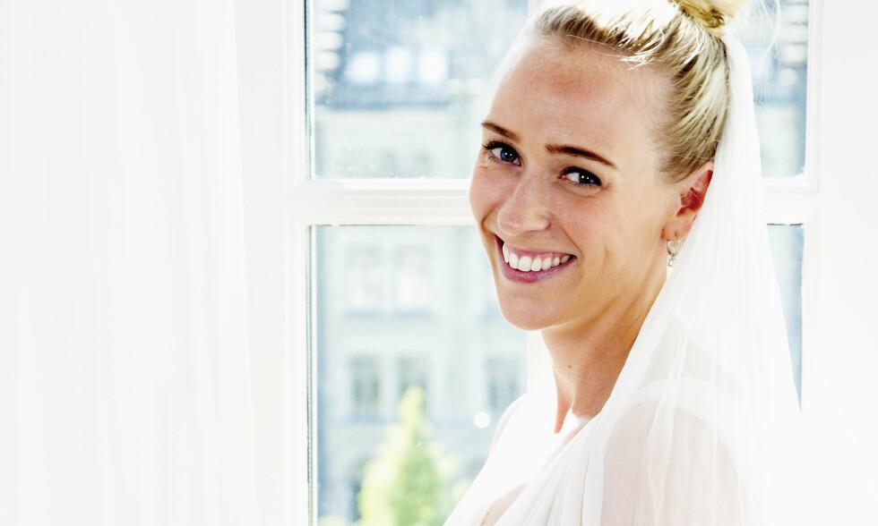 VANSKELIG KJOLEVALG: Katarina Flatland hadde sine tanker om hvordan drømmekjolen så ut, men har endret seg litt. Hun synes brudekjolen de har valgt er perfekt. Her er hun avbildet i en annen brudekjole! Foto: Tor Kvello/ Se og Hør