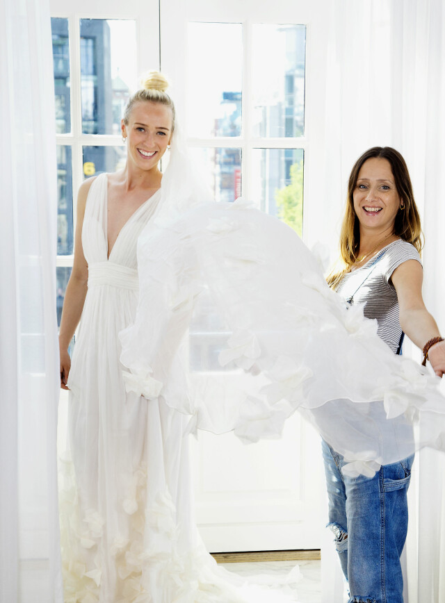 4d00d692a101 DEN SISTE FINPUSSEN  Designer Leila Hafzi (t.h.) har jobbet med brudekjolen  til Katarina
