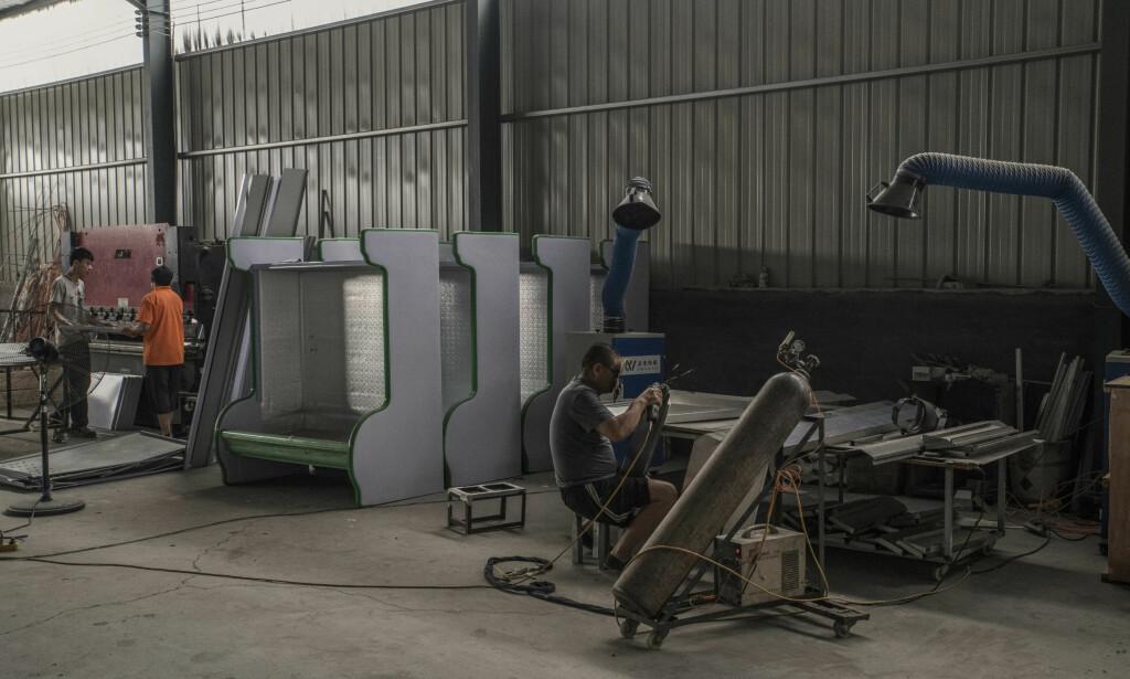FABRIKK: Ansatte ved en kjøleskapfabrikk i Xingfu, Kina. The New York Times' funn indikerer at fabrikker i Kina har ignorert den globale bannlysningen av stoffer som er skadelige for ozonlaget. Foto: Gilles Sabrie / The New York Times / NTB Scanpix