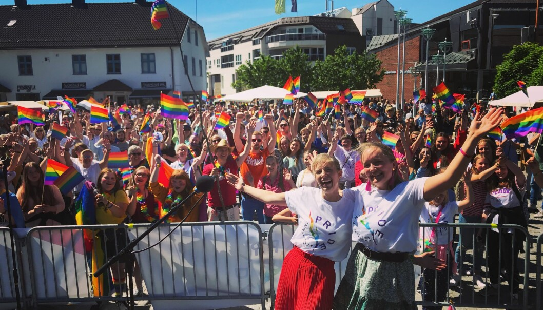 PRIDE I BRUMUNDDAL: Emma Laier Johnsen (til venstre) og Anne-June Skarpnord arrangerte pride-parade i Brumunddal, og oppmøtet ble overveldende. FOTO: Privat