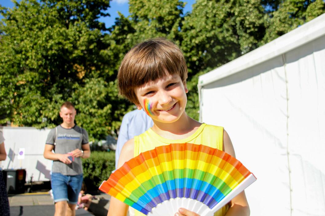 <strong>PYNTET:</strong> De yngste var også med på feiringen med pride-flagg malt i ansiktet. Foto: Camilla Hjelmeseth