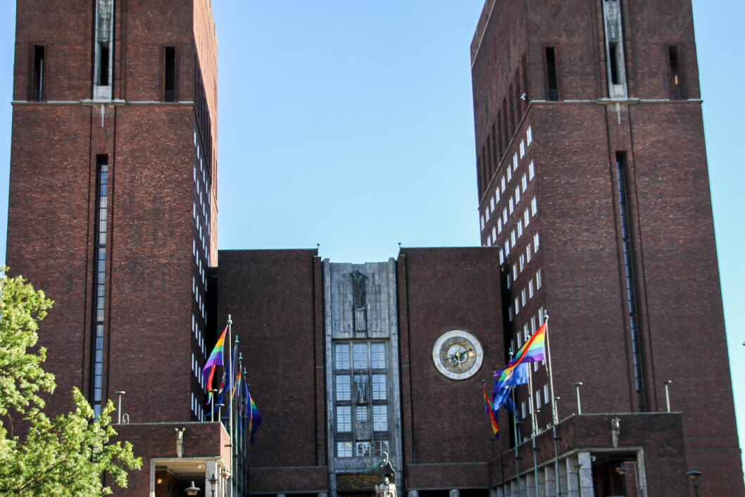 <strong>FLAGGET:</strong> Oslo Rådhus' borggård var prydet med pride-flagg. Foto: Camilla Hjelmeseth