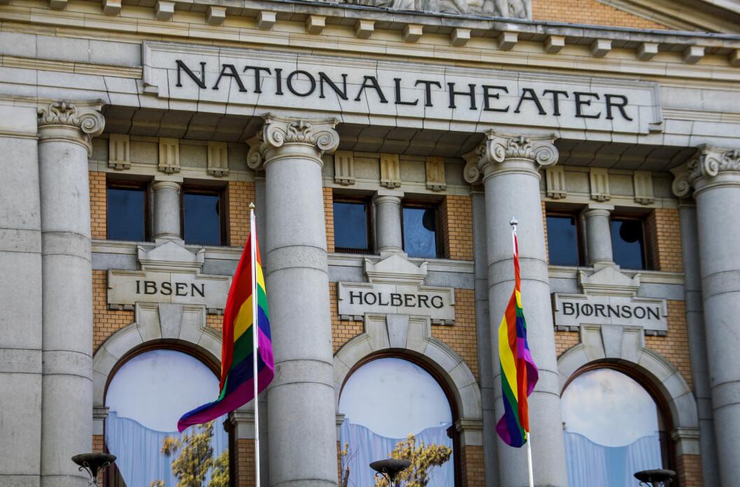 <strong>TEATERET:</strong> Også Nationaltheatret var med på feiringen, og har hatt en tre dager lang pride-feiring med relevante teaterstykker. Foto: Camilla Hjelmeseth