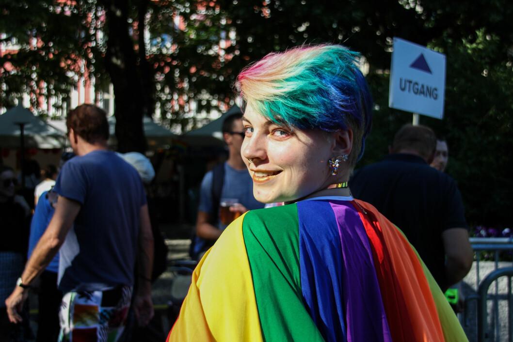 <strong>PRIDE:</strong> Denne deltageren hadde farget håret i regnbuefargene for anledningen. Foto: Camilla Hjelmeseth