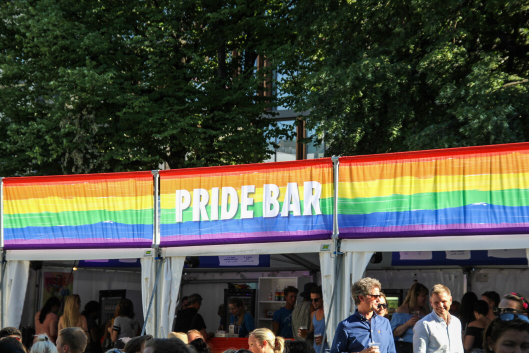 <strong>ØL:</strong> Mange av mennskene på festivalområdet benyttet seg av solskinnet til å ta en utepils ved Pride-baren. Foto: Camilla Hjelmeseth