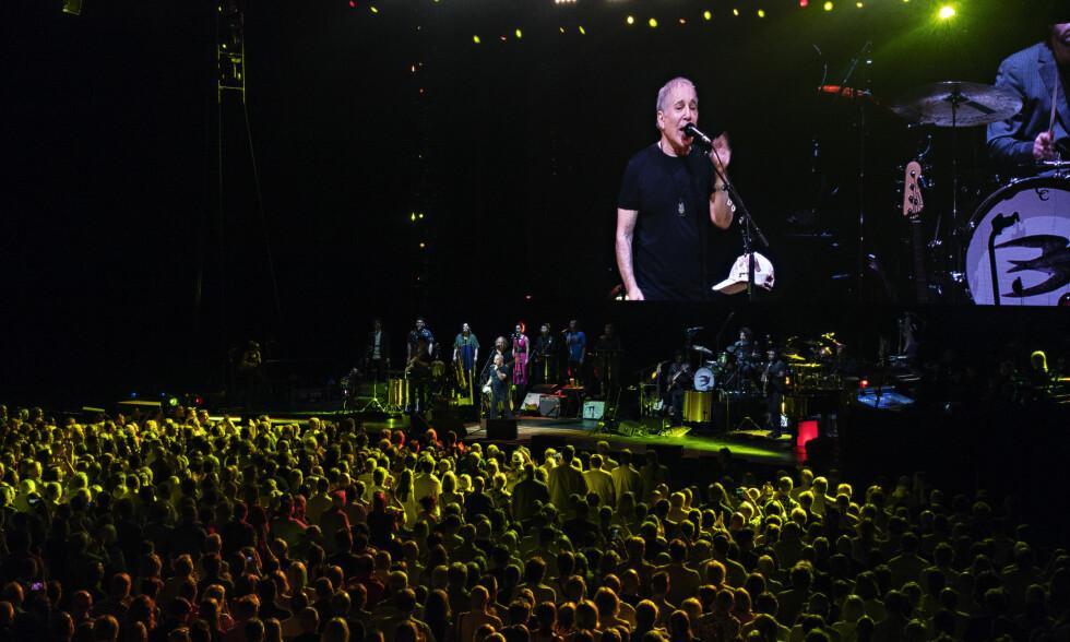 STORT BAND: Paul Simon hadde med seg et band på 14 da han var innom Oslo Spektrum med avskjedsturneen søndag kveld.