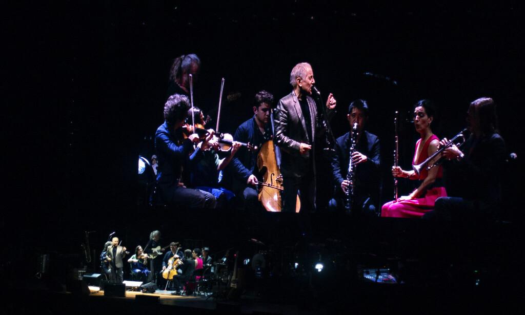 NEDSKALERT: Paul Simon og strykerne og blåserne i New York-ensemblet yMusic i konsertens fineste avdeling.