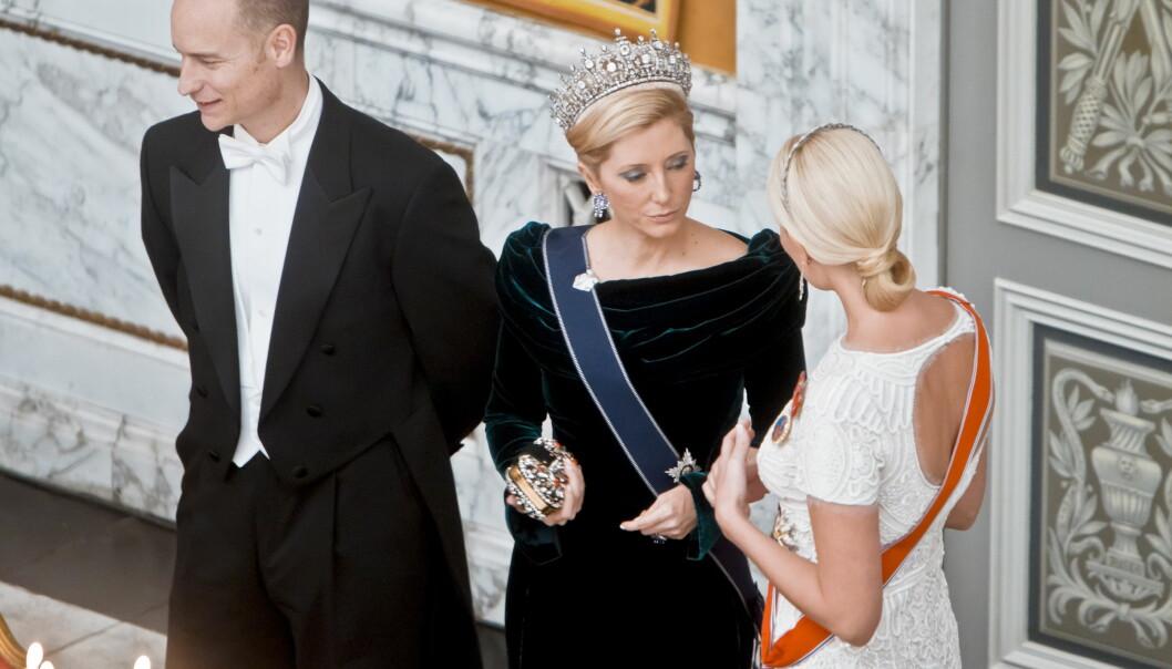 NÆRE VENNINNER: Marie-Chantal og kronprinsesse Mette-Marit er ikke bare rojale kolleger, men også svært nære venninner. Her slår de i hjel litt tid sammen under feiringen av dronning Margrethe av Danmarks 40 års-jubileum som regent i 2015. FOTO: NTB Scanpix