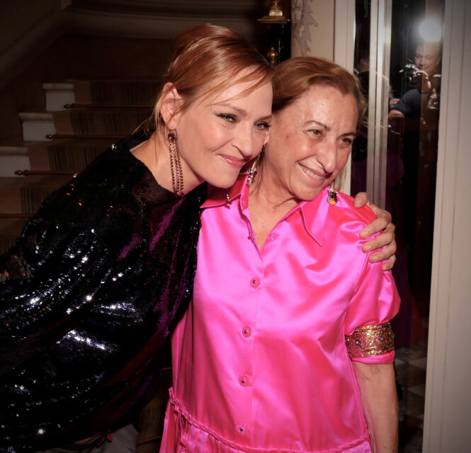 FORNØYD ETTER VISNING: Uma Thurman (t.v.) gir Miu Miu-designer Miuccia Prada en klem etter hennes catwalk-opptreden for det italienske merket. Foto: Scanpix