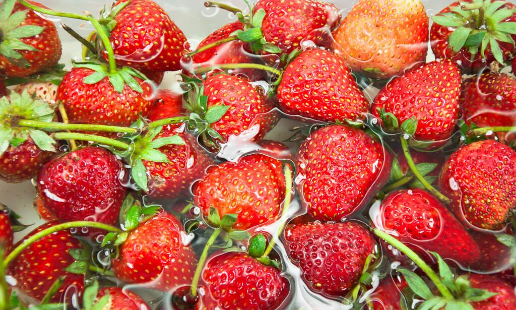 EDDIKBAD: Er du bekymret for å spise norske jordbær, kan du gi dem et bad i eddik og vann. Illustrasjonsfoto: Scanpix.no