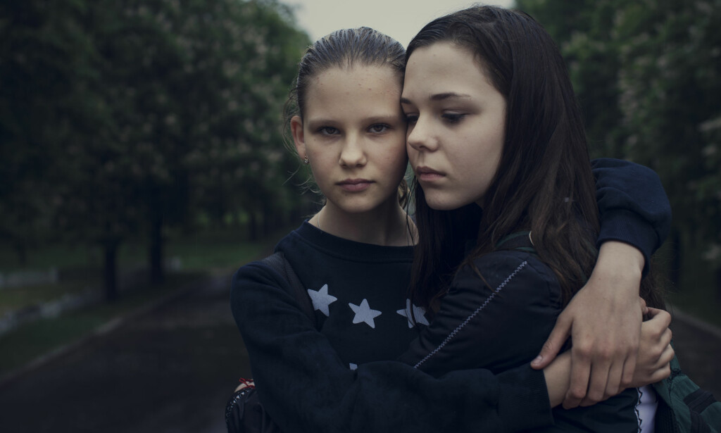 Bestevenninner: Masja Lidnik (13) og Dasja Gornzarovskaja (13) går på skole sammen i Marinka. De er bestevenninner, men kan ikke være sammen om kveldene, men chatter kontinuerlig. Må de tilbringe natta i kjelleren, er det ekstra viktig å holde kontakt. Før krigen startet, var det 350 elever på skolen. Under de verste kamphandlingene, var det bare 80 som møtte opp. I dag går det 168 elever på skole nummer to i Marinka. Foto: Kyrre Lien