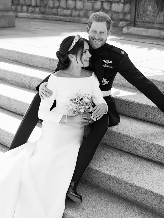 BRUDEKJOLEN: Hertuginne Meghan stråler sammen med ektemannen prins Harry. Foto: Scanpix