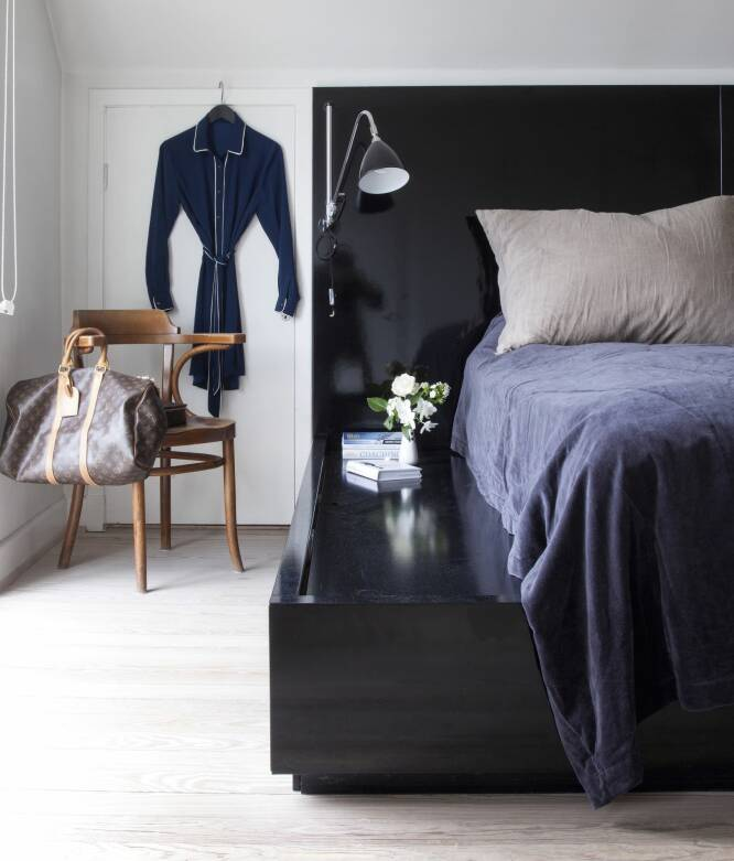 Hvis du lar sengegavlen gå lenger ut og høyt opp over madrassen, får du en helhet ut av det innebygde møbelet. Kjolen i silke på døren er fra Henriette Pieszaks egen kolleksjon, og stolen har hun arvet av familien. FOTO: Iben og Niels Ahlberg