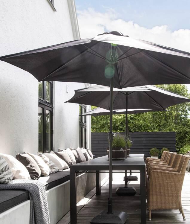 Er du ikke det helt store hagemennesket, så la din terrasse fylle hele husets lengde og gjerne rundt det, og du får en fornemmelsen av skipsdekk. En lang benk gir masse plass til å sitte og slappe av på. FOTO: Iben og Niels Ahlberg