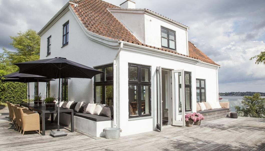 INTERIØR: Den klassiske villaen er fra 1920-tallet. Den ligger på toppen av en liten bakke med fri utsikt over byens havn ved enden av fjorden. FOTO: Iben og Niels Ahlberg